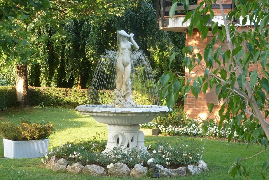 fontana nel parco del Ristorante Dè Firem Rostec