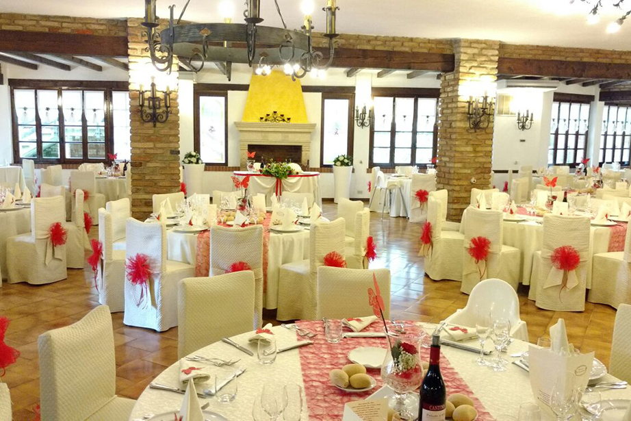 sala ricevimento vicino a Bergamo, allestito con colore rosso