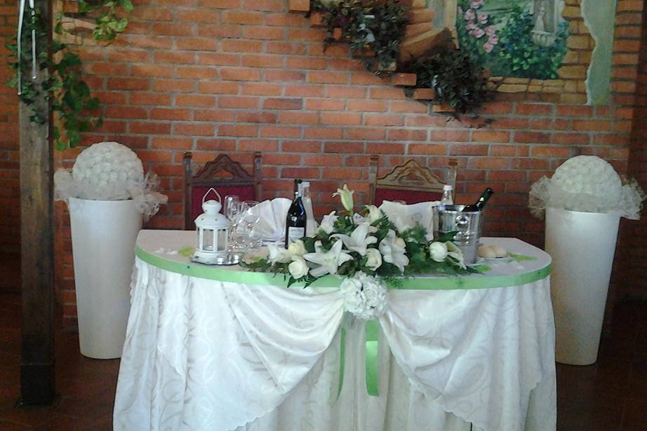 salone matrimoni con tavolo sposi colore verde